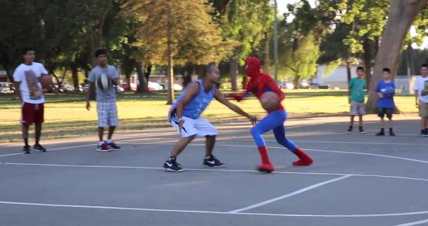 O Homem-Aranha também é incrível no basquete neste vídeo