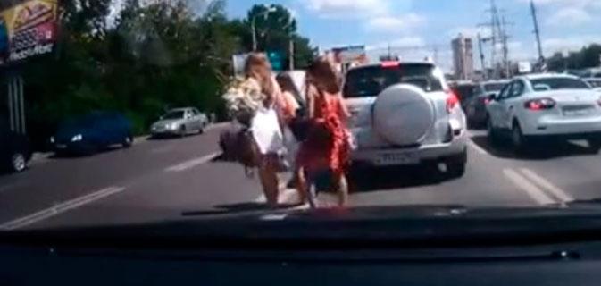 Quando garotas param o trânsito na Rússia…