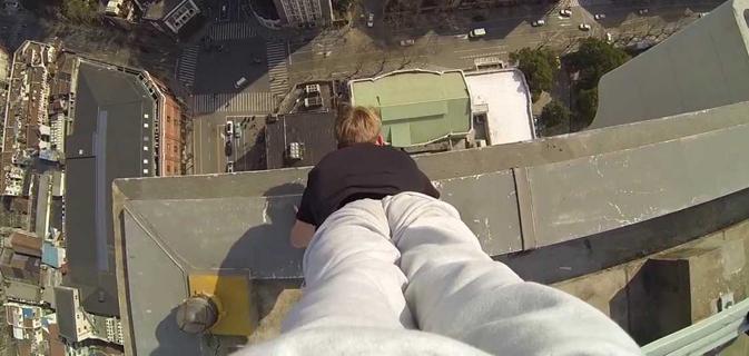 Atleta se apoia apenas com as mãos na beirada de edifício de 40 andares