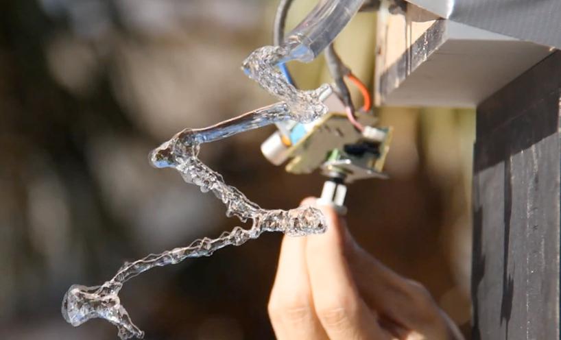O que acontece quando a água é atingida pela vibração do som
