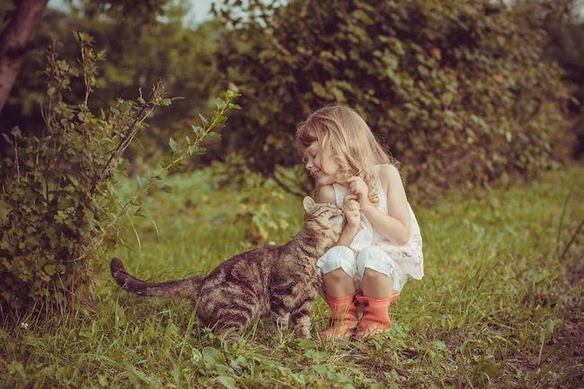 18 fotos fofas de crian u00e7as brincando com seus gatos