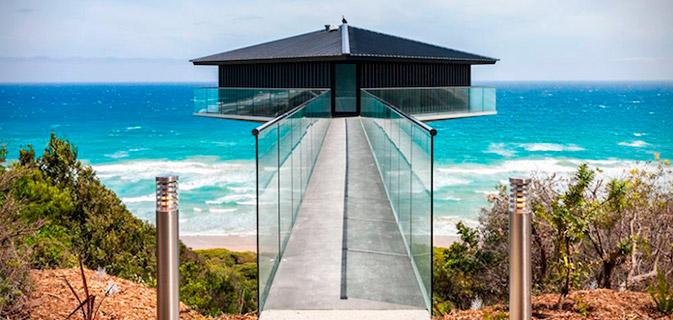 Essa casa parece flutuar sobre o oceano – e você certamente gostaria de morar nela