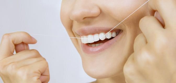 Essa é a técnica definitiva para passar o fio dental em menos de 1 minuto