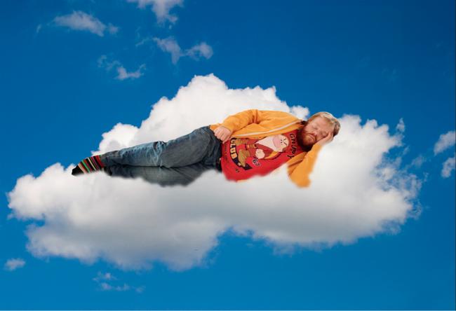 homem-dorme-no-trabalho-e-amigos-editam-sua-foto-2