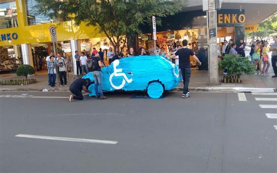 pegadinha-do-carro-estacionado-em-vagas-para-deficientes-1