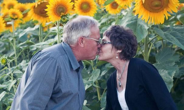 homem-planta-girassois-esposa-1