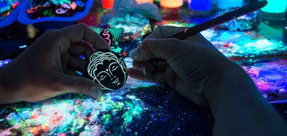 Artista inova ao criar belas joias de cerâmica que brilham no escuro
