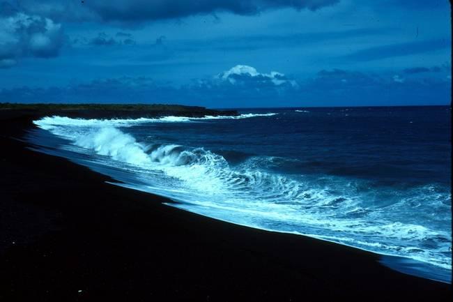 praias-com-areia-negra-2