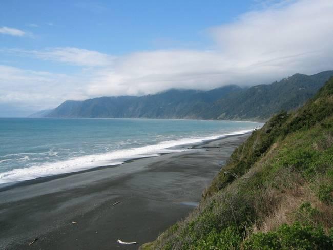 praias-com-areia-negra-4