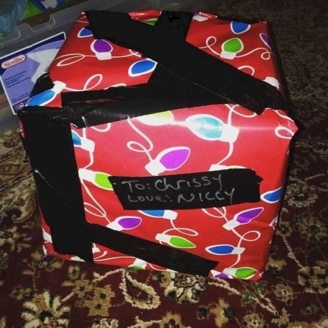 pessoas-que-embrulharam-mal-seus-presentes-de-natal-11