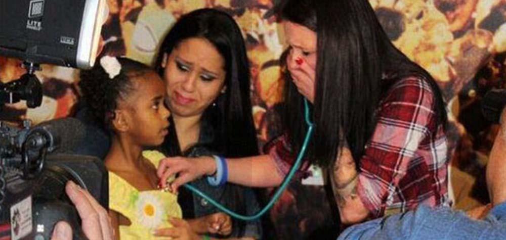 Mãe se emociona ao ouvir o coração de seu falecido filho em outra criança