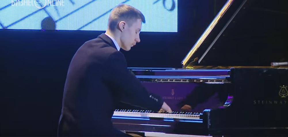 Sem desculpas | Esse garoto sem mãos toca piano como ninguém