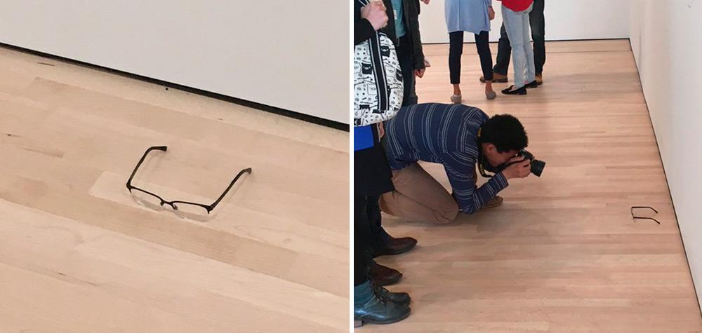 Colocaram esses óculos no chão de um museu e… bem… estamos com vergonha