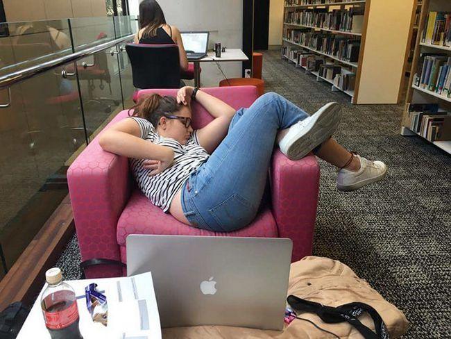 menina-dorme-faculdade-1